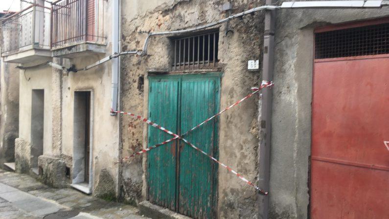 Crolla il pavimento di una casa disabitata, travolta un'anziana del Vibonese: è grave