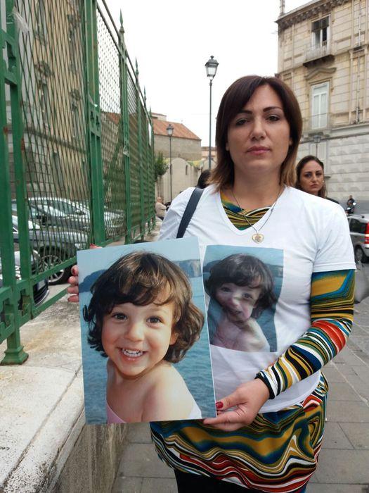 Caserta, corteo per la bimba di 4 anni morta di tumore. La rabbia della madre all'udienza: diagnosi tardiva