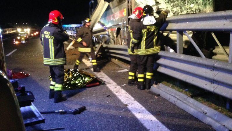 Doppio incidente in autostrada provoca due vittimeAutobus fuori strada: deceduto autista catanzareseTamponamento tra auto in coda, morta vibonese