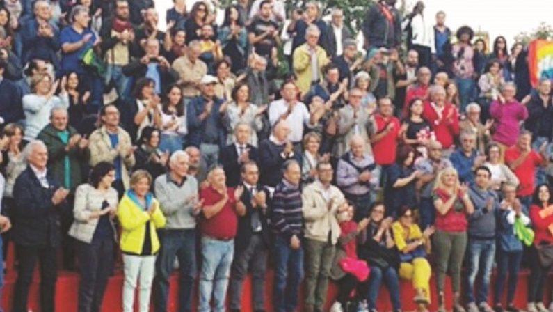 Sindaco di Riace indagato, l'abbraccio della genteIn tanti per Lucano che martedì sarà in Procura