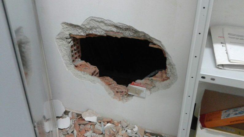 Rapina ufficio postale dopo avere forato pareteFugge con il bottino, indagini nel Crotonese