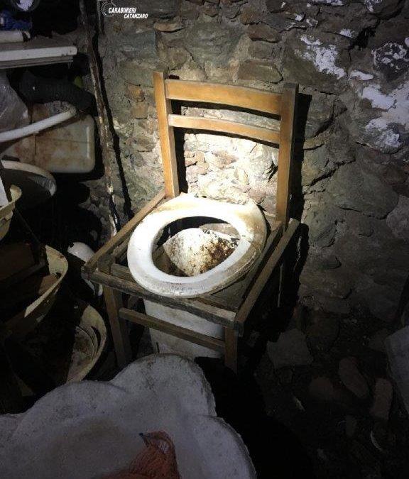 Una delle immagini del carabinieri sulle condizioni di vita all'interno della baracca