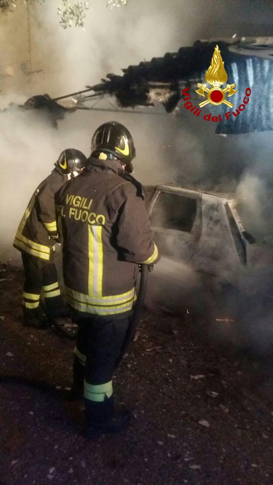 Intimidazione nel Crotonese, a fuoco auto dei parrociIndagini dei carabinieri sull'incendio davanti la chiesa