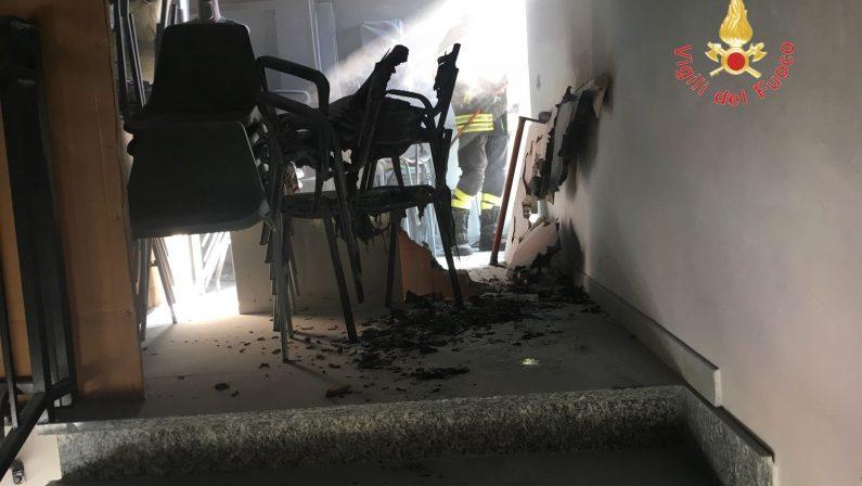 Incendio nel sottoscala di una scuola nel CatanzareseEvacuato l'edificio, indagini sulle possibili cause