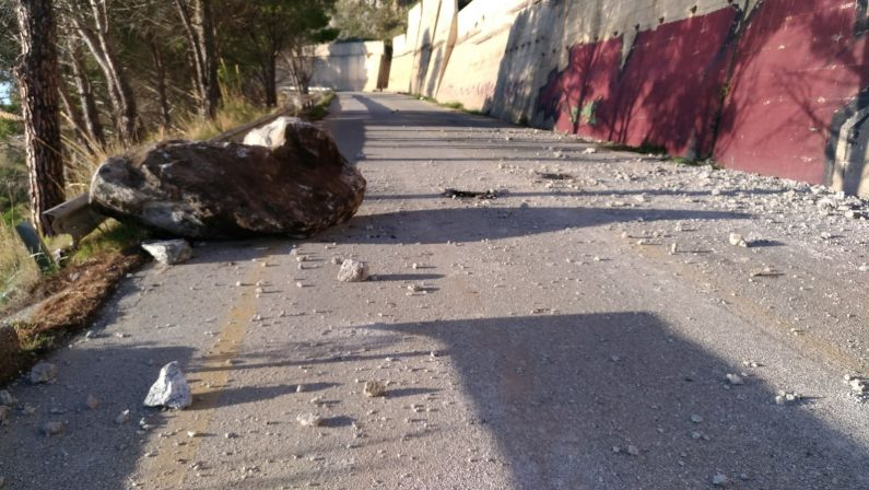 FOTO - Frana su una strada del ViboneseTragedia sfiorata per diversi automobilisti