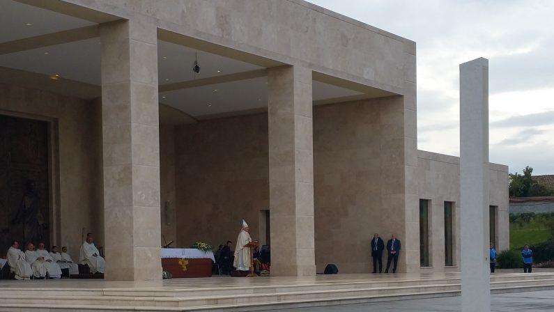 VIDEO - L'omelia del vescovo Renzo all'ottavo anniversario della morte di Natuzza Evolo