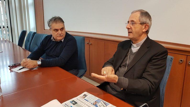 Un vescovo in redazione, monsignor Nolè ai giornalisti del Quotidiano: «Siate testimoni di verità e di libertà»