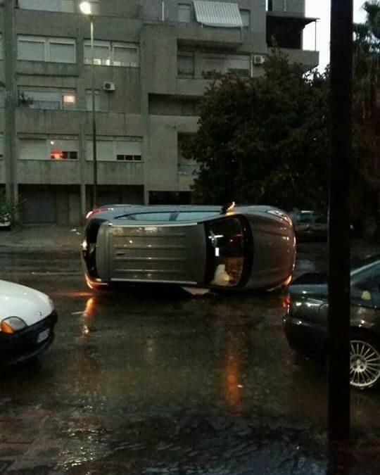 FOTO – Nubifragio a Reggio Calabria, auto ribaltate e sommerse e famiglie isolate