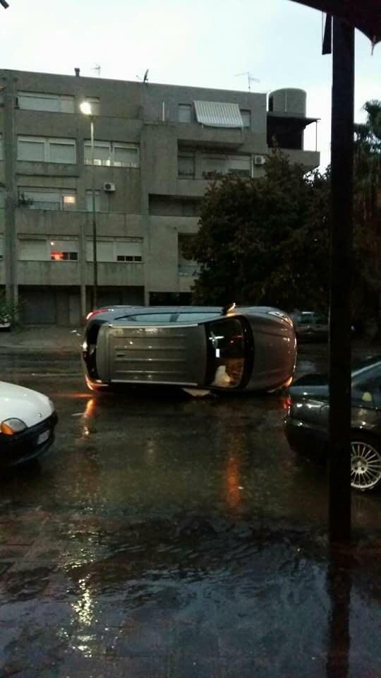 FOTO - Nubifragio a Reggio Calabria, auto ribaltate e sommerse e famiglie isolate