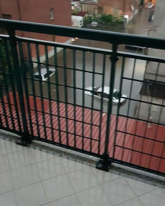 Le auto sommerse dalla pioggia a Reggio Calabria