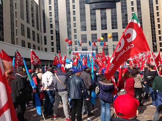 Protesta di Cgil e Uil, cinquemila persone a Catanzaro davanti alla Cittadella regionale