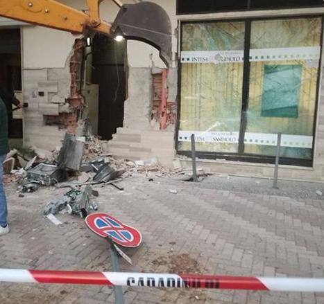 Sfondano la filiale della banca con un escavatore e sradicano il bancomat (recuperato in Puglia): un arresto