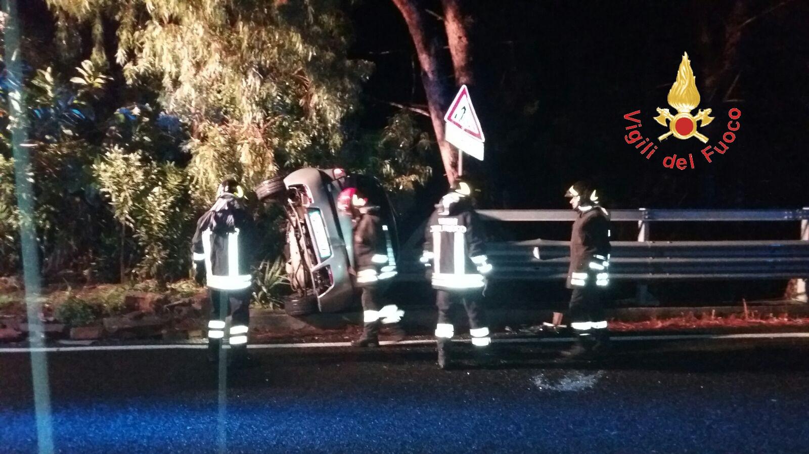 Auto fuori strada sulla statale 106 nel Catanzarese  Ribaltata e in bilico su burrone, salvato l'autista