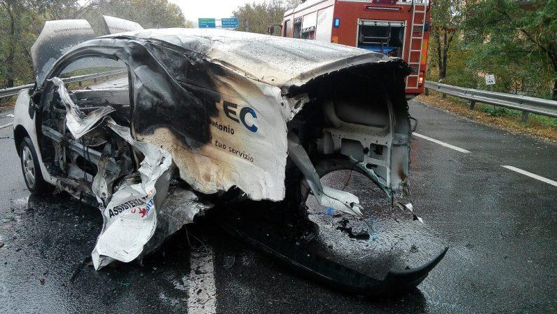 VIDEO - Due incidenti stradali sulla 106 nel CatanzareseA Montepaone furgone in fiamme: i soccorsi