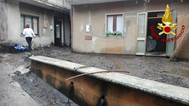 Campania, allerta maltempo: nel salernitano automobilisti incastrati, in Irpinia case allagate