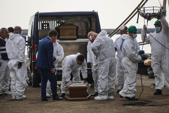 A Salerno i funerali delle 26 migranti morte:fiori sulle bare