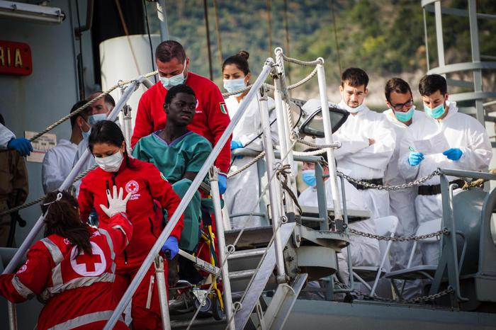 Migranti, a Salerno sbarca nave con 26 donne morte: due fermi