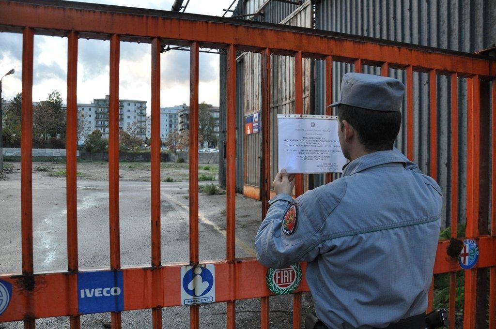 Bruciavano rifiuti in pieno centro cittadino, sequestrata un'area di 7mila mq a Cosenza