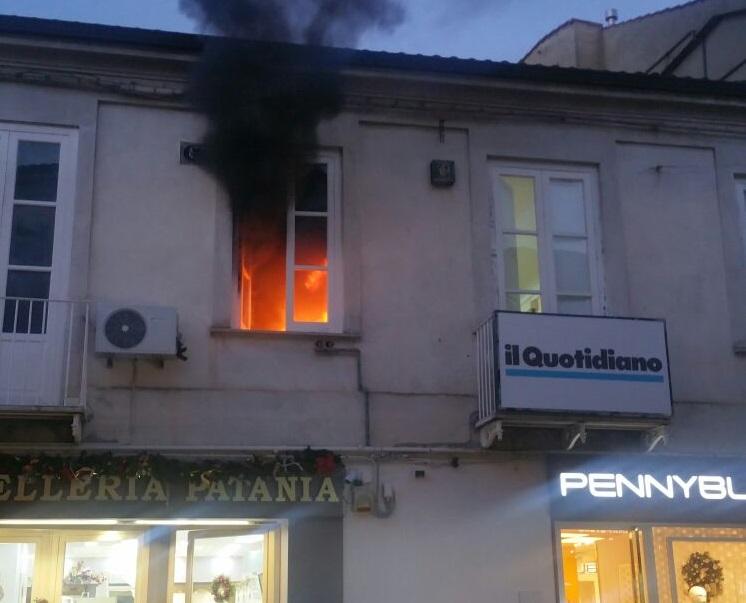 FOTO – Incendio in pieno centro a Vibo Valentia  Le immagini delle fiamme su corso Vittorio Emanuele