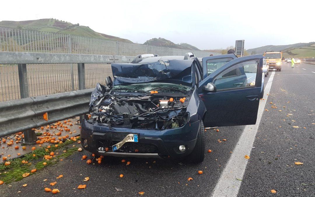 Incidente sull'autostrada: tamponato autocarro che trasportava agrumi, tutto il carico finisce sull'asfalto