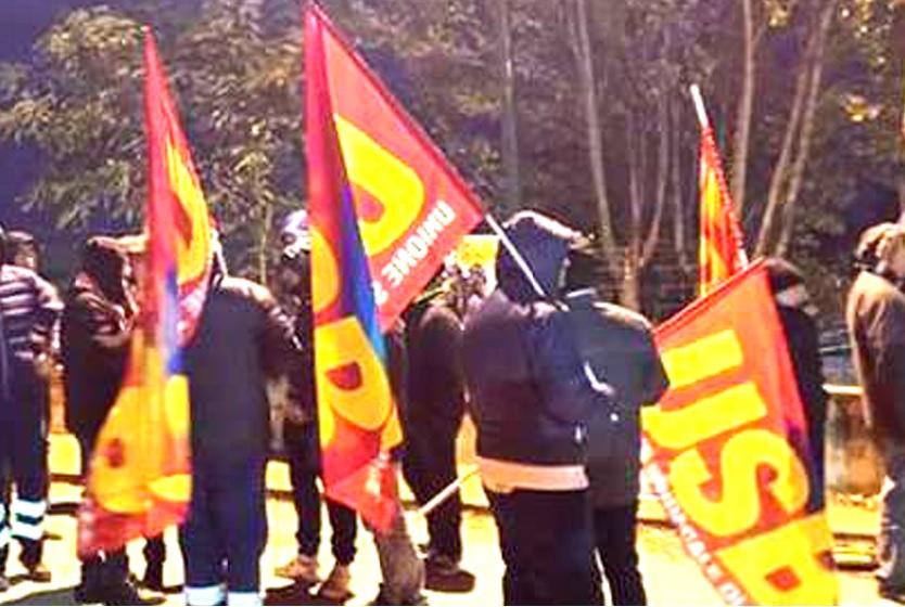 Precari da vent'anni in protesta davanti alla sede del Consiglio regionale: «Vogliamo la stabilizzazione»