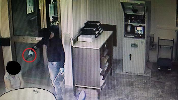 Avevano rapinato un'ufficio postale nel cosentino, tre arresti  I presunti rapinatori individuati grazie al Dna su una bottiglia