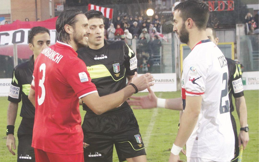 Il saluto dei due capitani prima dell'inizio della partita, Pambianchi (Rende) e Corsi (Cosenza)