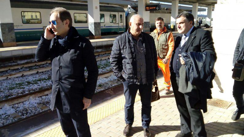 FOTO - Treno regionale deraglia tra Cosenza e PaolaI soccorsi e il sindaco attendono alla stazione i feriti