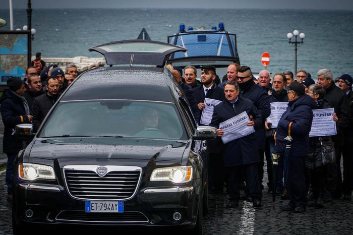 Protesta carri funebri, corteo da Benevento a Napoli