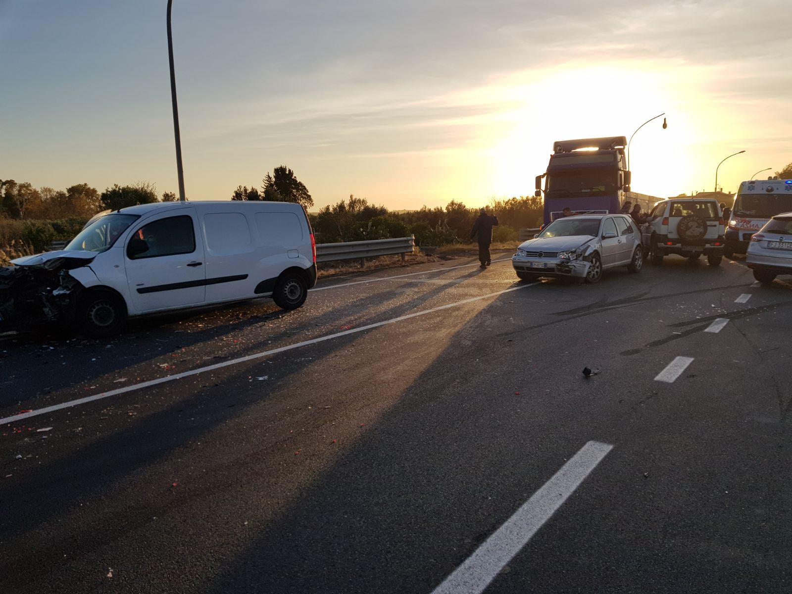 Violento scontro sulla statale 106 nel CatanzareseQuattro veicoli coinvolti, ferita anche una bambina