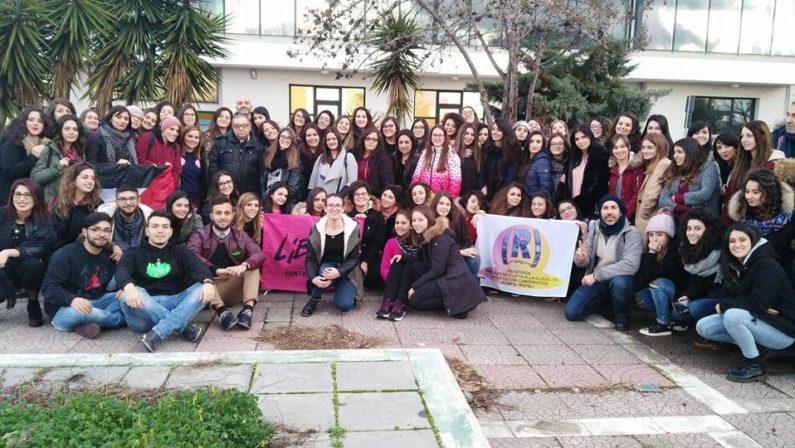 L'impegno di don Demasi con gli studenti«È l'ora di disobbedire al potere mafioso»