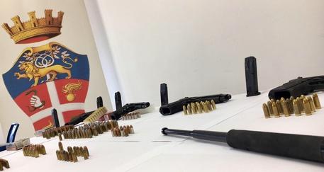 In garage quattro pistole e trecento cartucce: arrestato
