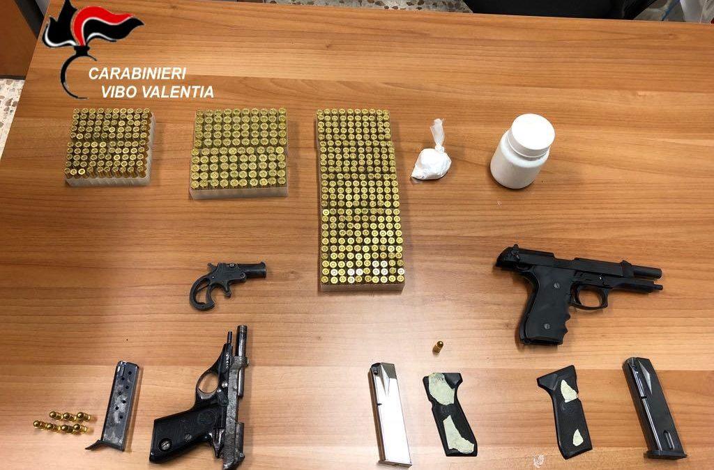 Armi e munizioni nascoste nello spazio per il contatore del condominio, arrestato un uomo a Vibo Valentia