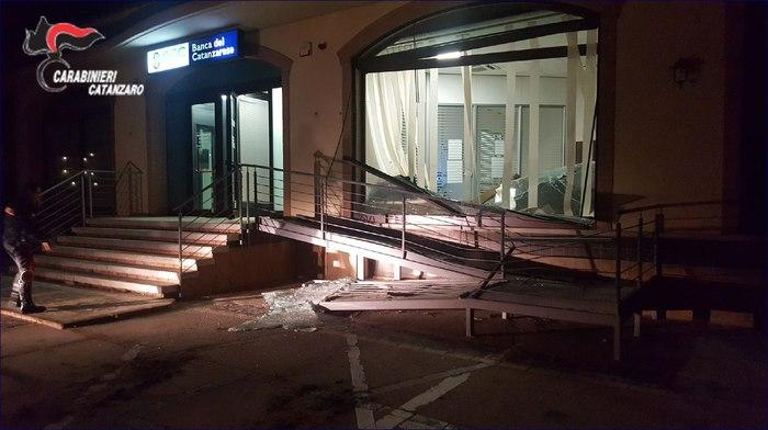Sfondano la parete a vetri della banca con una ruspaIgnoti tentato di svaligiare il bancomat a Sellia Marina