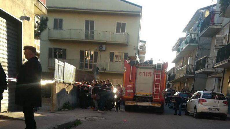 Ferisce a colpi di arma da fuoco due persone e poi si barrica in casa, intervengono i carabinieri