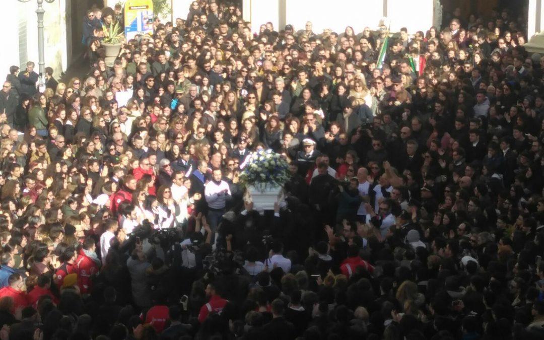 FOTO – In migliaia ai funerali di Giuseppe Parretta  Commozione alle esequie del 18enne ucciso a Crotone