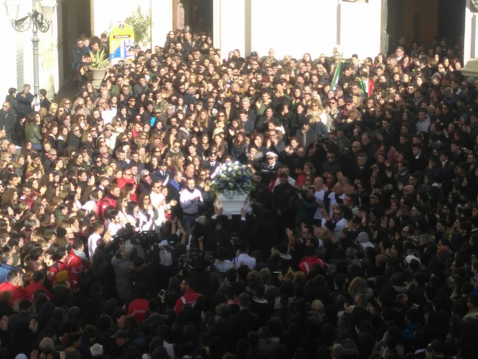 FOTO - In migliaia ai funerali di Giuseppe ParrettaCommozione alle esequie del 18enne ucciso a Crotone