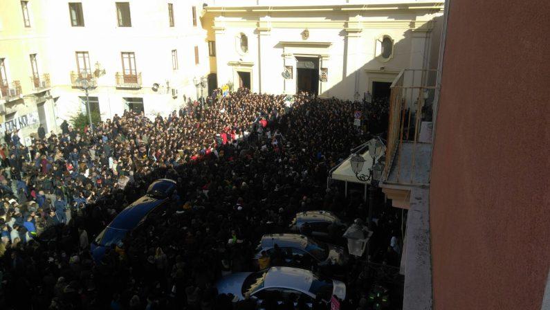 Tutta Crotone abbraccia Giuseppe, migliaia ai funeraliLa danza ed i palloncini per salutare il giovane ucciso