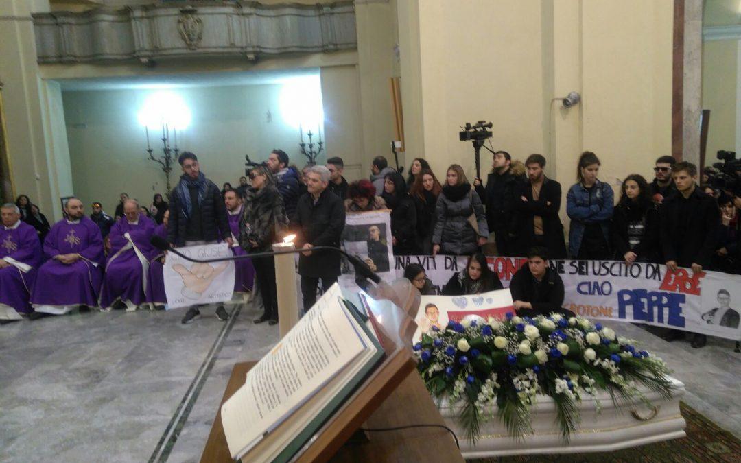 VIDEO – La commozione ai funerali di Giuseppe Parretta  Ucciso a colpi di pistola a soli 18 anni a Crotone