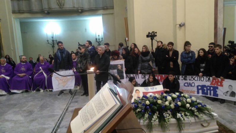 VIDEO - La commozione ai funerali di Giuseppe ParrettaUcciso a colpi di pistola a soli 18 anni a Crotone