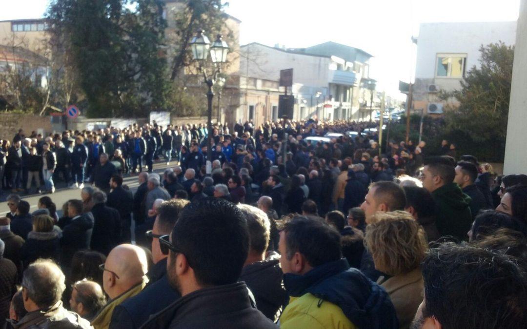 Folla commossa a Siderno ai funerali dell'imprenditore investito all'uscita di un cinema FOTO