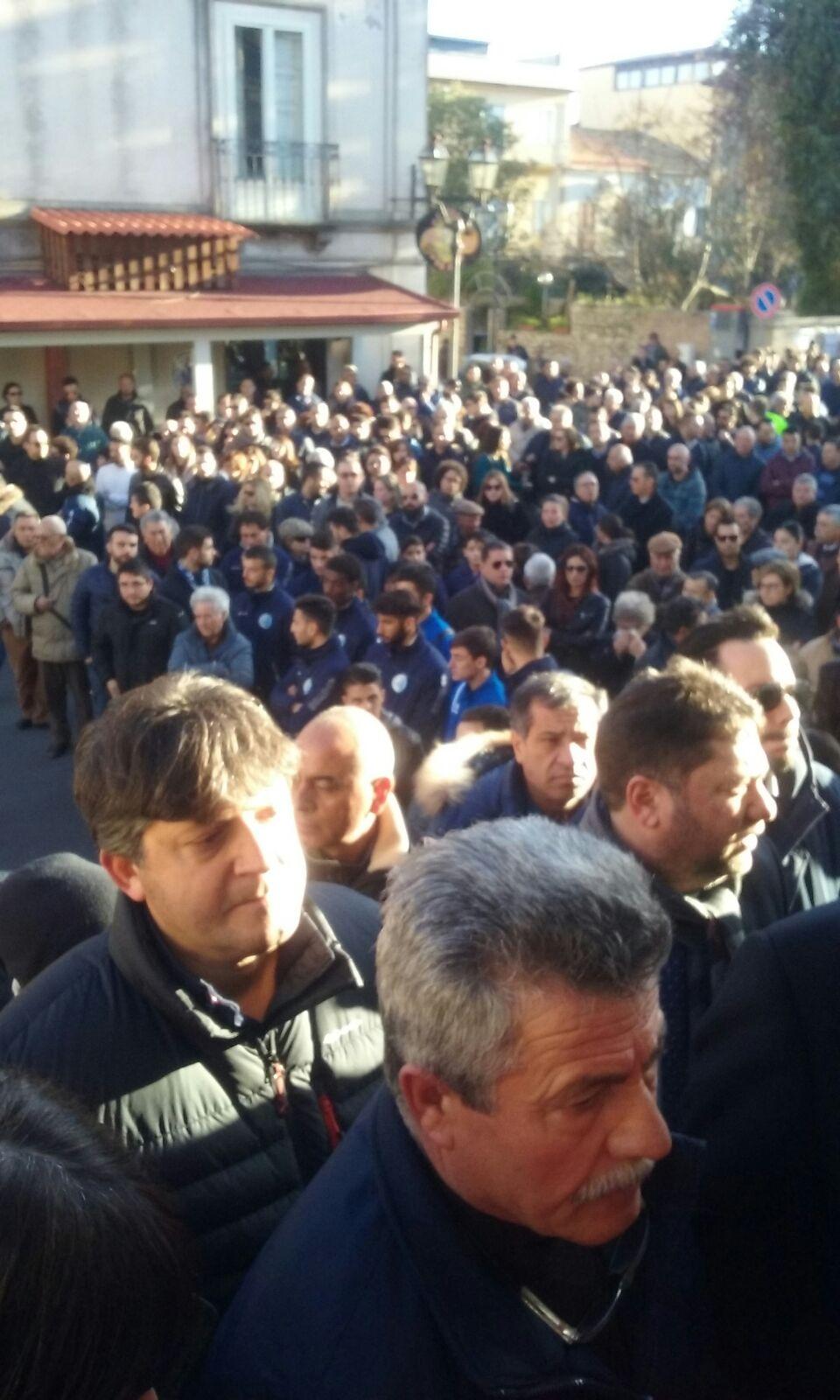 FOTO – Tanta gente e tanta commozione a Siderno ai funerali di Pasquale Sgotto