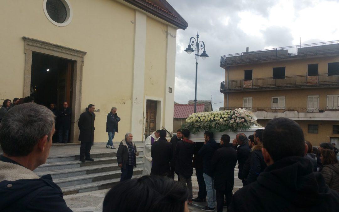 Lacrime di commozione a San Gregorio ai funerali di Vanessa  La giovane che aveva condiviso sui social la terribile malattia