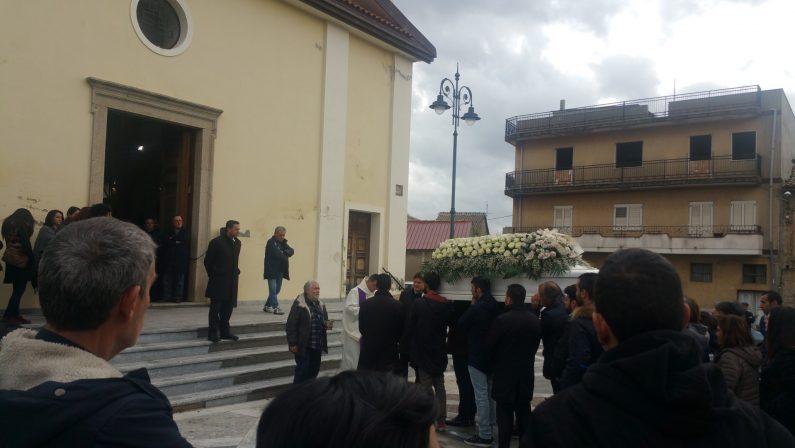 Lacrime di commozione a San Gregorio ai funerali di VanessaLa giovane che aveva condiviso sui social la terribile malattia