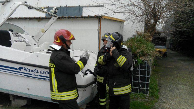 Incendio distrugge lo stabilimento nautico Ranieri Rancraft di Soverato, vigili del fuoco al lavoro