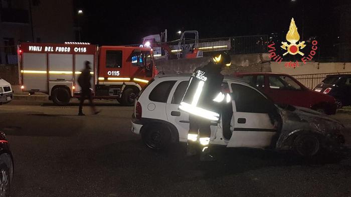 Catanzaro, incendiate due auto nella notteI carabinieri seguono la pista dolosa