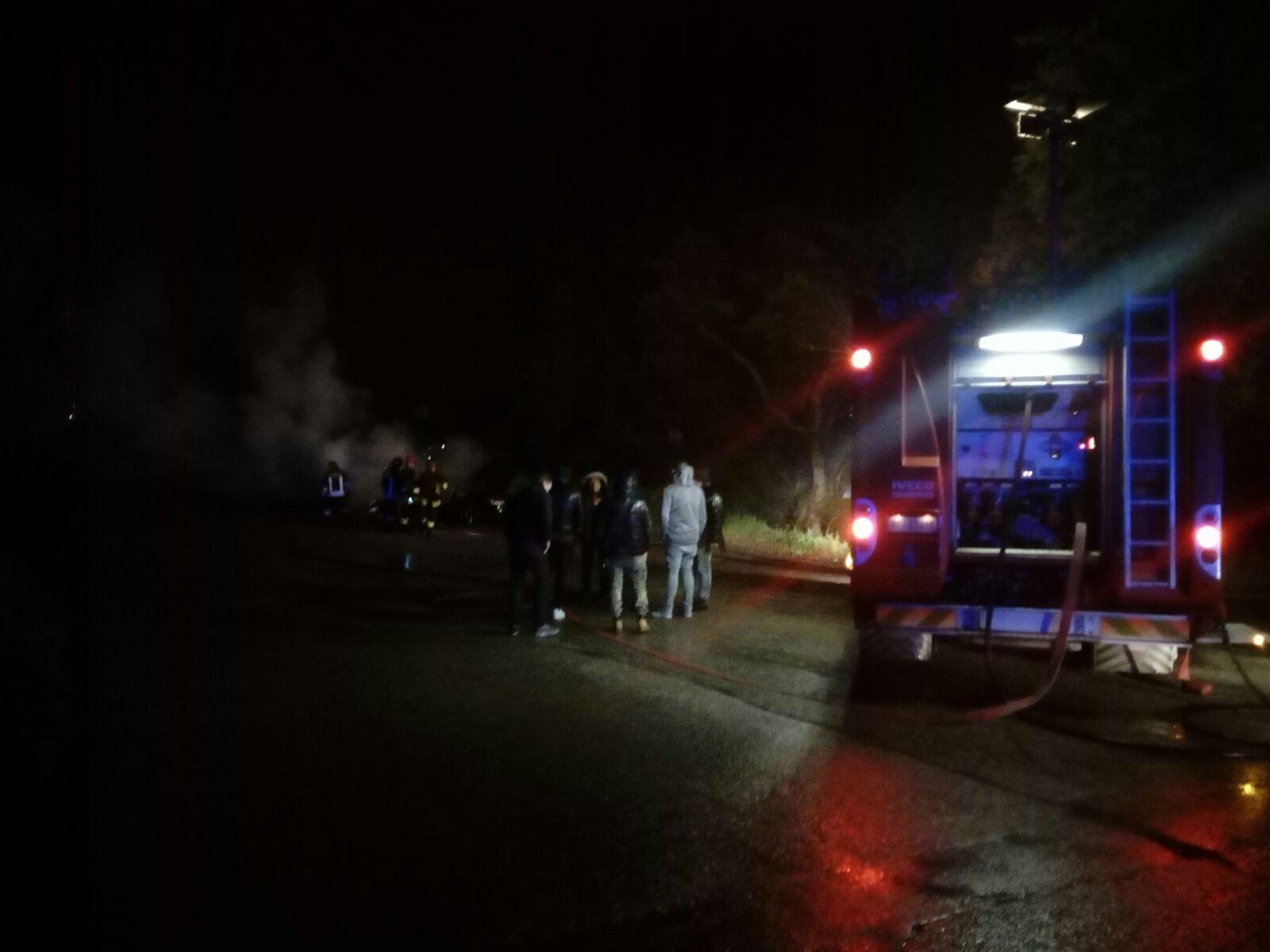 Cinque incendi nella notte nel Vibonese: bruciate quattro automobili e un escavatore in un cantiere
