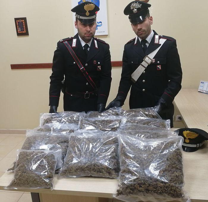 In auto con 11 chili di marijuana, arrestato allo svincolo autostradale