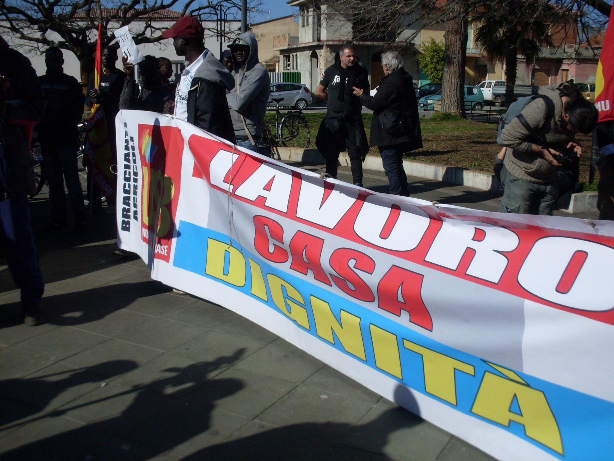 FOTO - la marcia dei migranti a San Ferdinando dopo l'incendio della loro baraccopoli