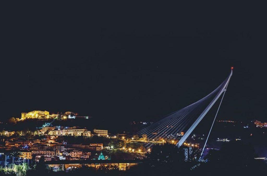 Il ponte di Calatrava con sullo sfondo il centro storico di Cosenza